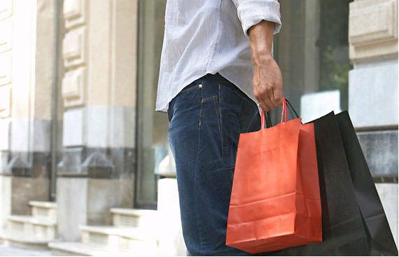homem fazendo compra