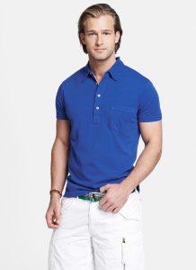 homem-com-gola-camisa-polo-azul-bermuda-branca-e-cinto-verde