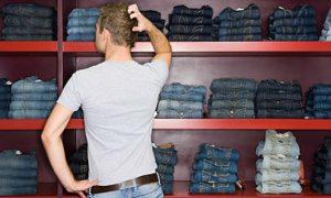 homem com dúvida comprar roupa