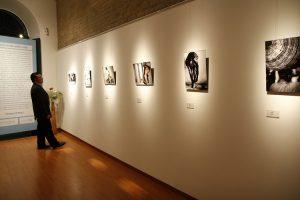 homem visitando galeria de arte