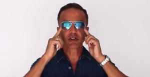 Alberto solon mostrando caimento de óculos de sol