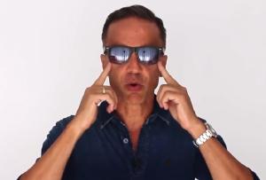 Alberto Solon com óculos grande