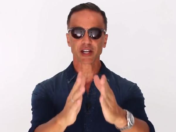 Alberto Solon com óculos de tamanho ideal