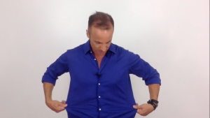 alberto solon com camisa social azul folgada grande