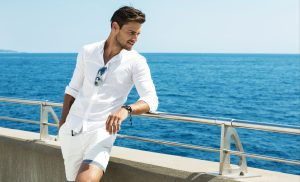 homem vestindo camisa social branca com bermuda