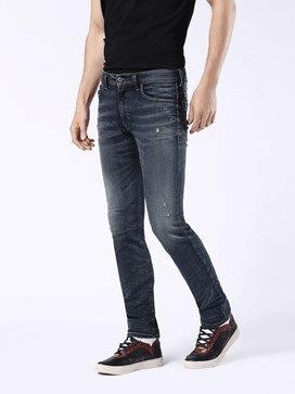 Homem de calça com barra dobrada