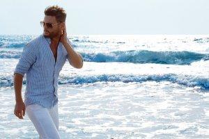 homem na praia com camisa social