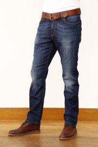 homem usando calça jeans