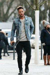 homem usando uma jaqueta jeans