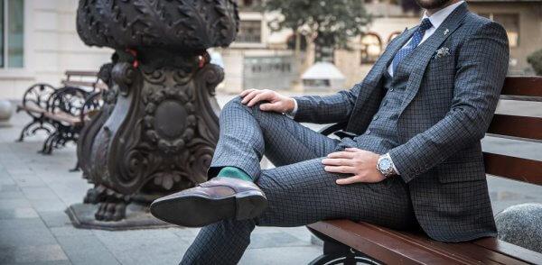 homem sentado usando terno completo com colete