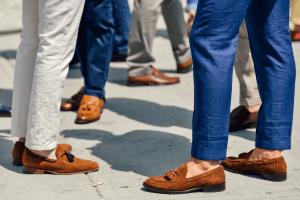 homens usando mocassim