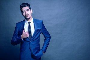 homem usando costume azul