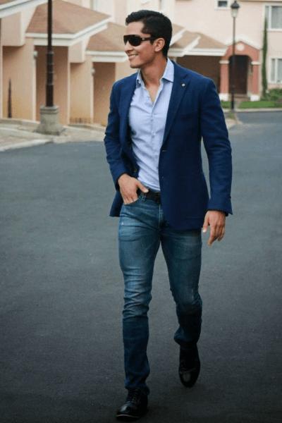 homem de blazer azul marinho